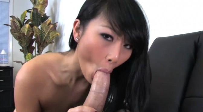 Peter North schizza in faccia ad una splendida ragazza asiatica